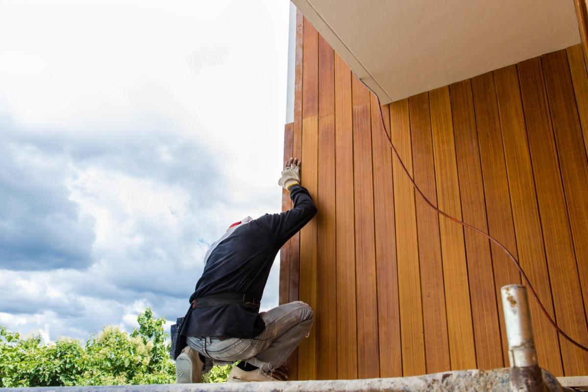 houten gevelbekleding met isolatie plaatsen